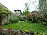 Demeure de caractère avec jardin intèrieur, en village.
