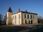 Château avec dependances, lac et 7,9 hectares