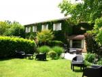 Proche Sarlat, grande maison de caractère en village avec piscine.