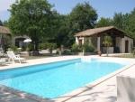Grande maison contemporaine avec piscine dans un parc paysager proche d'un