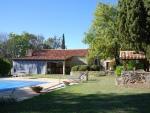 Ensemble immobilier en pierre, proche services avec fournil, grange,piscine