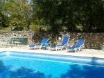 3 Habitations indépendantes, piscine, terrain boisé au calme.