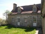Dans le Parc Régional Naturel, maison de village et gîte en pierre.