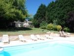Maison de caractère avec piscine, maison d'amis et deux garages.