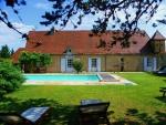 Dordogne, beau corps de ferme avec gîtes et piscines sur terrain semi clos