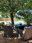 En Bouriane, maison contemporaine avec vue ouverte, piscine et dependance