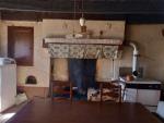Maison authentique à rénover, hameau, grande grange et terrain