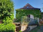 En village, avec vue imprenable, grande maison de caractère en pierre.
