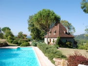 Aux confins du Lot et de la Dordogne, Manoir en situation dominante.