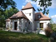 Maison récente de construction solide selon le style régional