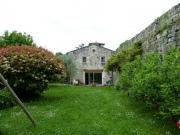 Maison forte du XIV ème siécle en village avec tous commerces