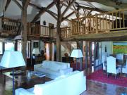 En situation dominante, ensemble immobilier spacieux et confortable.