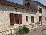 Maison de village en pierre dans le Quercy blanc. Beau jardin et piscine.