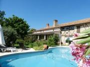 Entre Agen et Bordeaux, belle demeure avec dépendance et piscine chauffée.