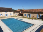 Proche Perigueux, ferme fortifiée confortable, piscine et maison d'amis.