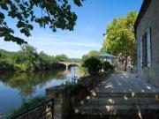 Surplombant la rivière Lot, propriété du XVIIIème entièrement restaurée.