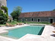 Imposante maison forte du XVème très confortable avec piscine.