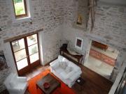 Très lumineuse et confortable maison en pierre avec piscine.