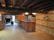 Ancien chai de 310 m² à réhabiliter, belle charpente, couverture neuve.