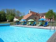 Au calme et proche de tous services, ancienne ferme restaurée avec piscine.