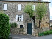 En village, ancien presbytère entièrement rénové, jardinet et terrasse