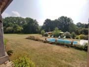 Ancien corps de ferme restauré avec 3 gîtes, piscine sur 1,5 ha de terrain.