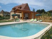 En village, beau manoir avec gîtes et piscines