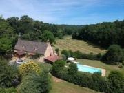 Périgord noir, maison typique toit en lauzes et piscine sur plus de 9 ha