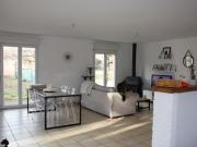 Proche de Cahors, maison contemporaine avec 3 chambres, jardin et sous-sol.