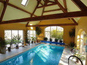 Belle propriété au calme sur 5 ha, vue dominante et piscine intérieure.