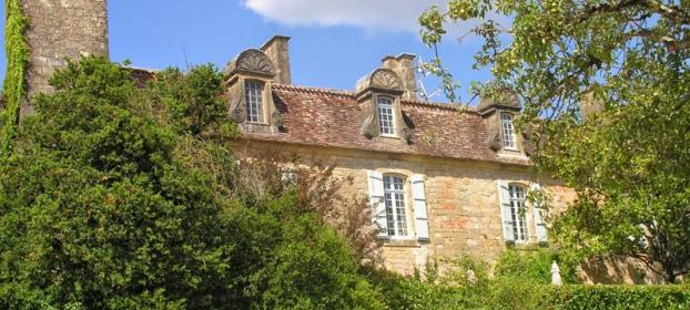 Majestueuse Chartreuse avec toit � la Mansart en p�rigord pourpre.