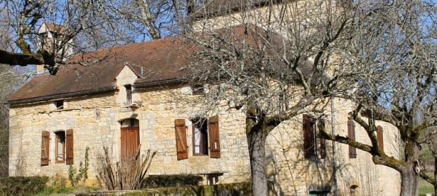 Ancien moulin du XVII�me avec sa grange sur un terrain bois� de 2 ha.