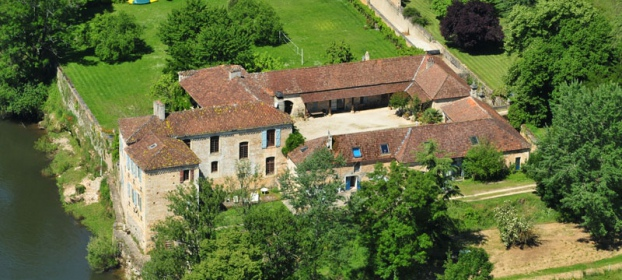 Château with numerous outbuildings completely renovated along the riverside