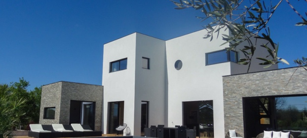 CAHORS, lumineuse maison contemporaine � toit plat avec piscine, a vendre