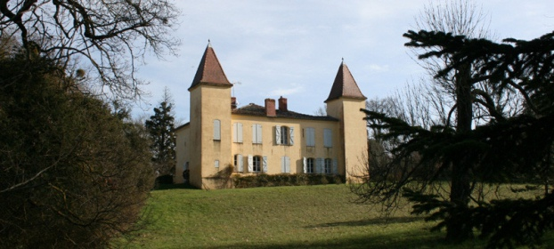 Beautiful Château dating from 1641 with outbuildings and lake