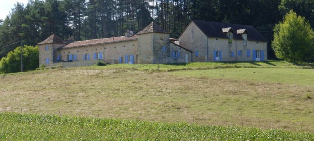 Close to Perigueux, comfortable fortified farmhouse with pool.