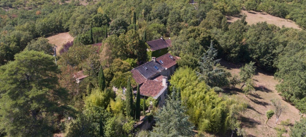 Exceptional hamlet nestled at the heart of 30ha, swimming pool, spring