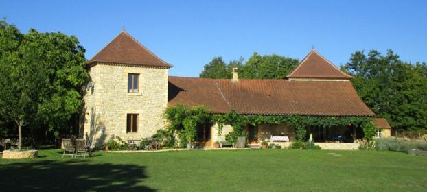 En campagne non isolée, belle maison récente en pierre et dépendances