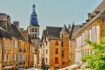 Périgord noir, belle demeure rénovée en coeur de ville médiévale.